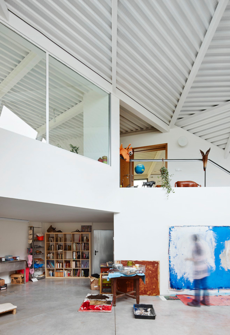 LARA RIOS HOUSE: Estudio de pintura miba architects Estudios y despachos de estilo industrial