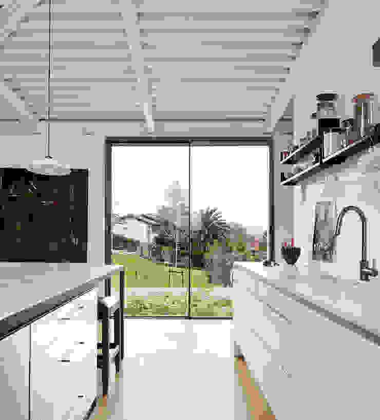 LARA RIOS HOUSE: Cocina miba architects Cocinas de estilo industrial