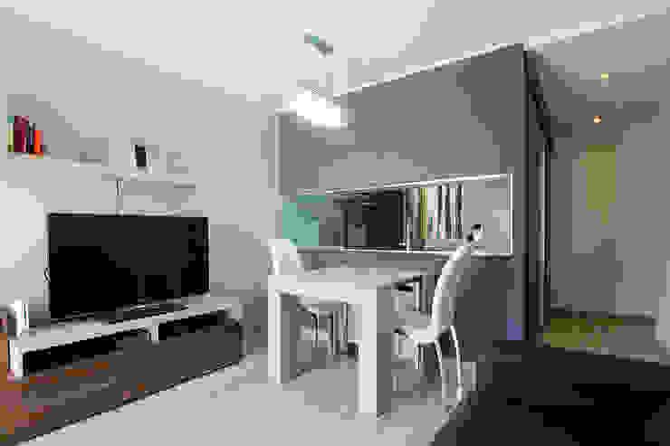 Una nueva vivienda en el piso de toda la vida… en Barri Porta, Barcelona. Salones de estilo minimalista de XTe Interiorismo Minimalista