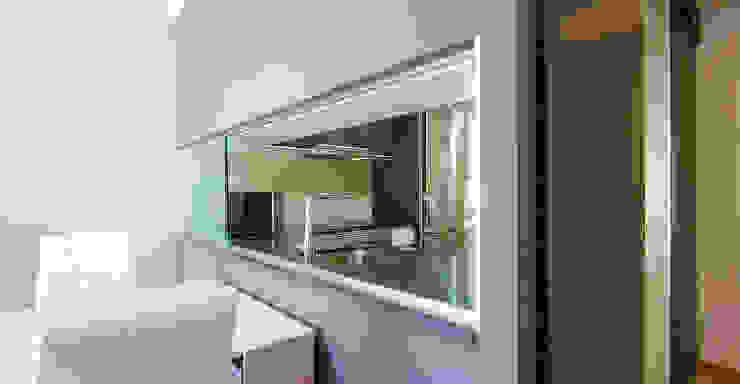Una nueva vivienda en el piso de toda la vida… en Barri Porta, Barcelona. Comedores de estilo minimalista de XTe Interiorismo Minimalista
