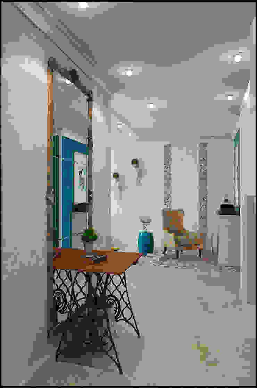 Микс фактуры и цвета Коридор, прихожая и лестница в модерн стиле от Частный дизайнер и декоратор Девятайкина Софья Модерн
