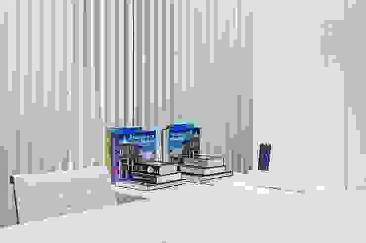 Roesler e Kredens Arquitetura Espaços comerciais minimalistas por Roesler e Kredens Arquitetura Minimalista