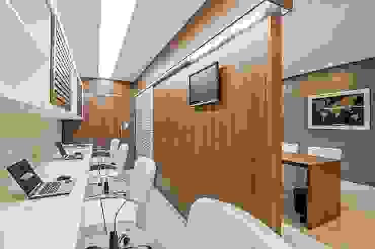 Escritório Griseg seguradora Espaços comerciais modernos por Roesler e Kredens Arquitetura Moderno