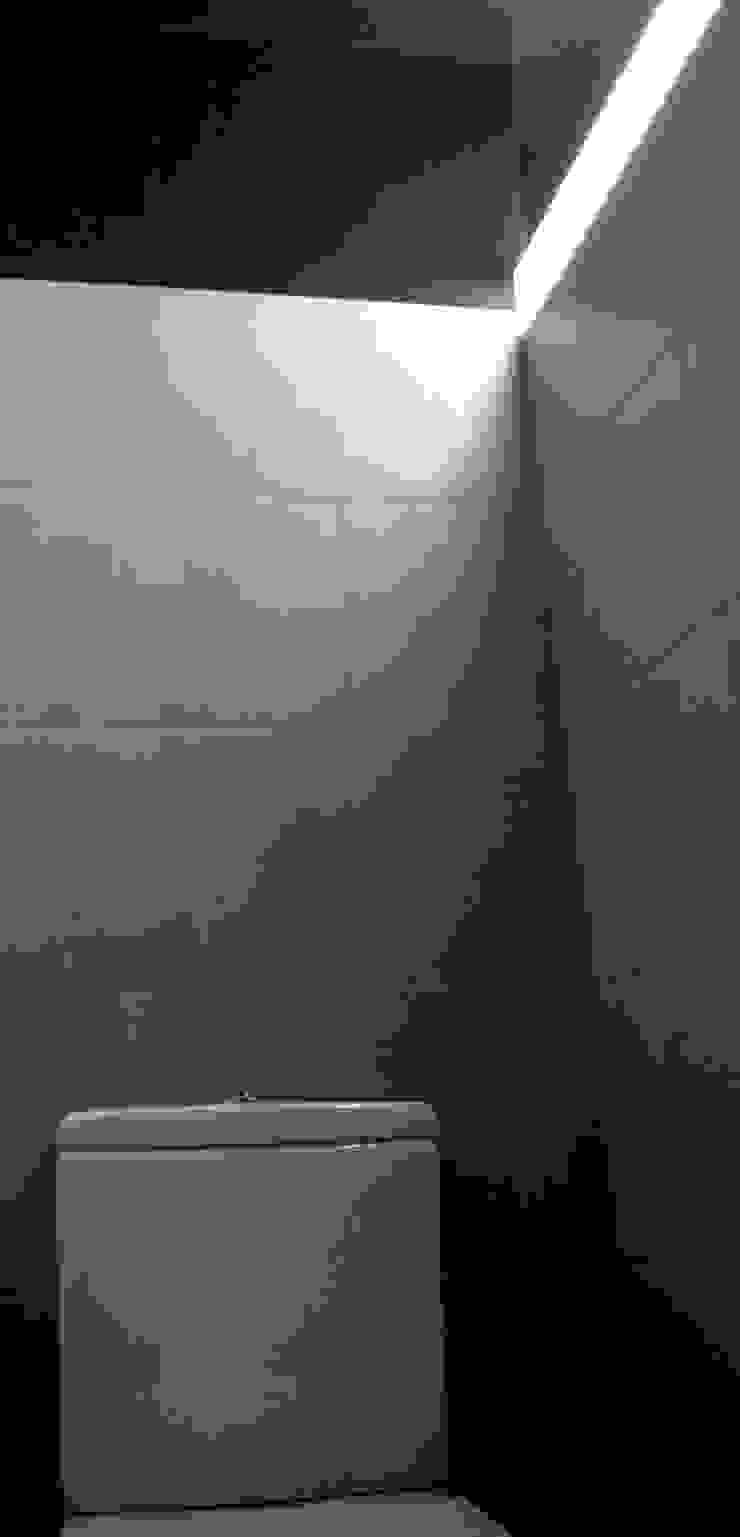 UN BAÑO EN DOS ESTANCIAS CON MUCHO COLOR Baños de estilo moderno de DEINDE Interiorismo Moderno