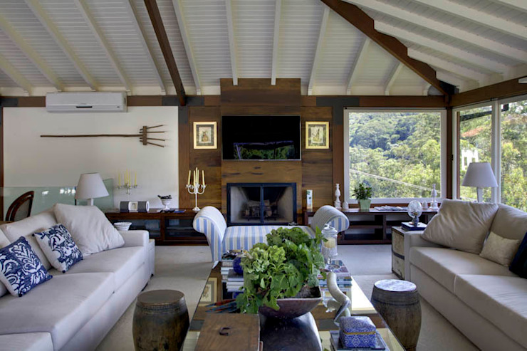 Country style living room by Raquel Junqueira Arquitetura Country