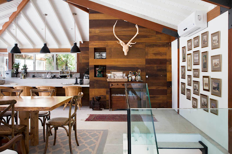 Country style dining room by Raquel Junqueira Arquitetura Country