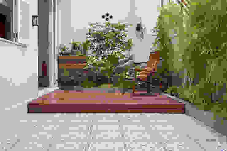 ระเบียง, นอกชาน โดย Raquel Junqueira Arquitetura,