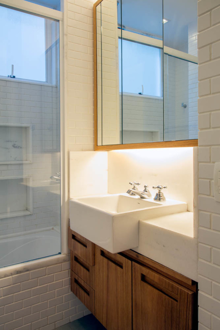 APARTAMENTO KG Banheiros modernos por Raquel Junqueira Arquitetura Moderno