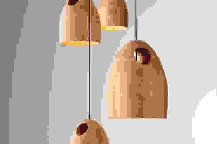 Ross Gardam OAK dębowa lampa wisząca z ręcznie klejonego drewna od ilumia.pl Nowoczesny
