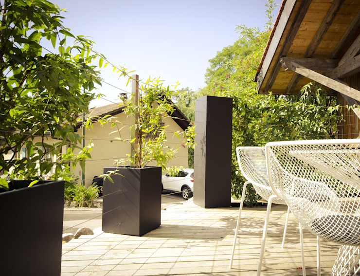 Custom planters Image'In - Combination of Black and White forms for climbing plants. Jardines eclécticos de ATELIER SO GREEN Ecléctico