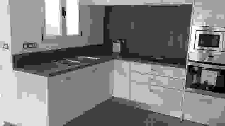 Cocina para apartamento. de Ypsilon Cocinas Moderno