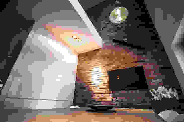 ściana z cegłą rozbiurkową od Inspiration Studio Industrialny