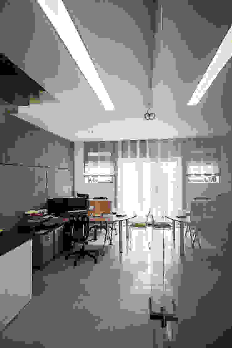 biuro w stylu loftowym od Inspiration Studio Industrialny