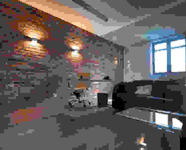 pokój ze szklanymi ścianami od Inspiration Studio Industrialny