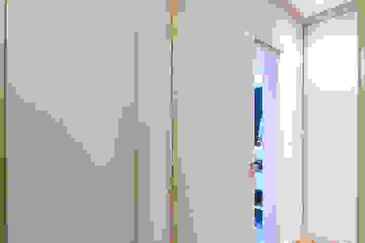 Raphael Civille Arquitetura Minimalist corridor, hallway & stairs