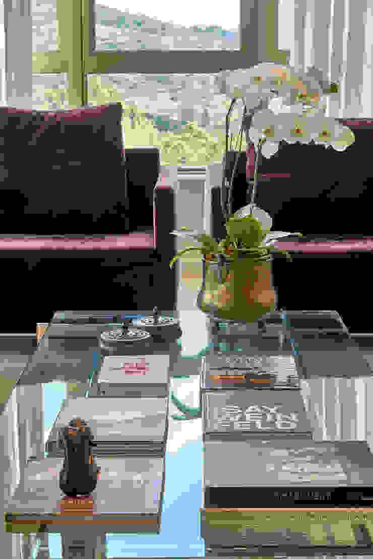 Detalhe poltronas na cor roxa por Fernanda Sperb Arquitetura e interiores Moderno
