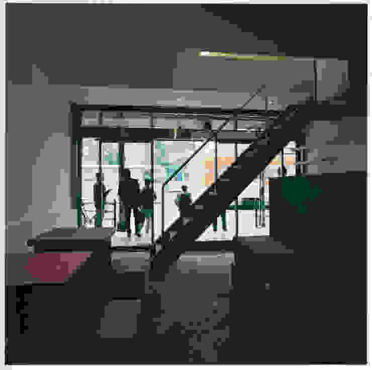 1階客席からエントランスを見る ミニマルなレストラン の 井戸健治建築研究所 / Ido, Kenji Architectural Studio ミニマル