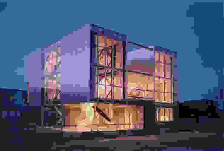 南西側外観 夜景 モダンな 家 の 井戸健治建築研究所 / Ido, Kenji Architectural Studio モダン