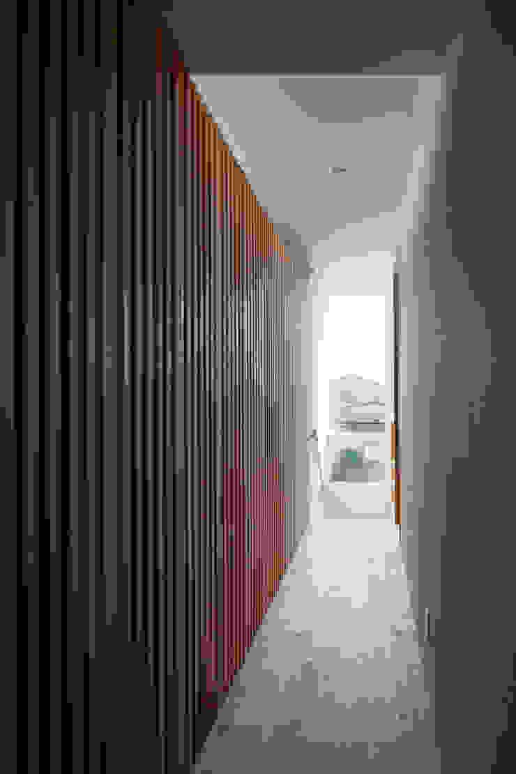 屋外ブリッジのある家 モダンスタイルの 玄関&廊下&階段 の 株式会社山岡建築研究所 モダン