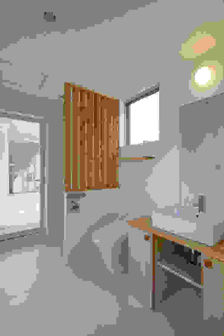屋外ブリッジのある家 モダンスタイルの お風呂 の 株式会社山岡建築研究所 モダン