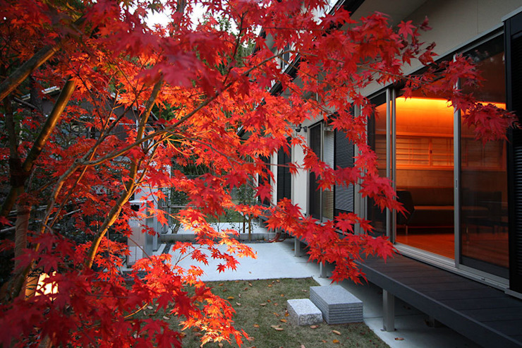 嵯峨二尊院の家 オリジナルな 庭 の 株式会社ローバー都市建築事務所 オリジナル