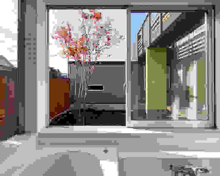 屋外ブリッジのある家: 株式会社山岡建築研究所が手掛けた現代のです。,モダン