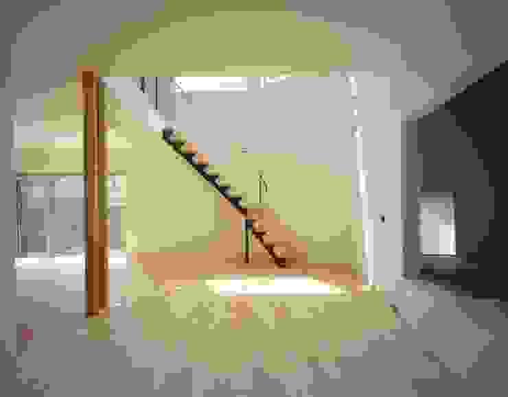 リビング 階段を見る モダンデザインの リビング の (有)菰田建築設計事務所 モダン