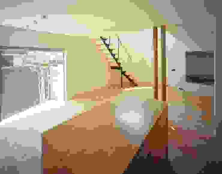 キッチンよりダイニング、リビングを見る モダンデザインの ダイニング の (有)菰田建築設計事務所 モダン