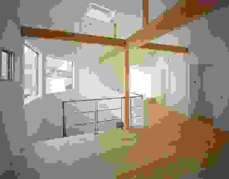オープンスペース(将来の子供部屋) モダンデザインの 多目的室 の (有)菰田建築設計事務所 モダン