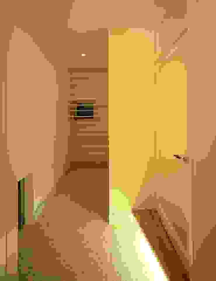 玄関より玄関収納を見る モダンスタイルの 玄関&廊下&階段 の (有)菰田建築設計事務所 モダン