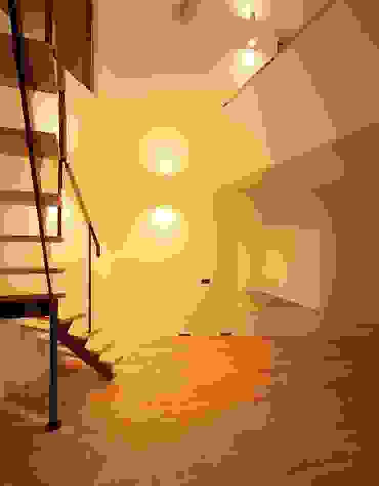 間接照明で照らすリビング モダンデザインの リビング の (有)菰田建築設計事務所 モダン