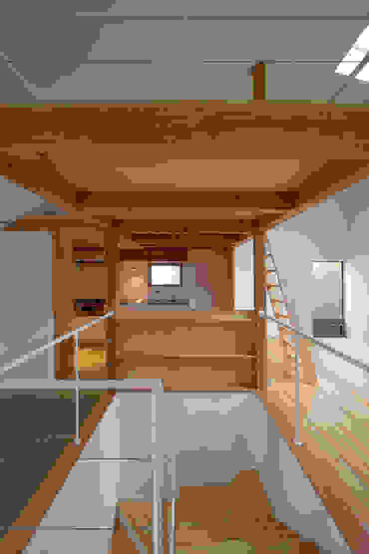 Modern corridor, hallway & stairs by (有)菰田建築設計事務所 Modern