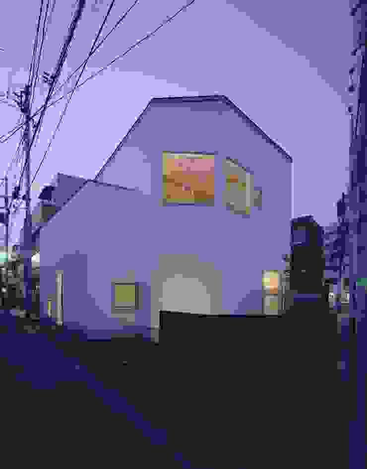 ファサード:夜景 モダンな 家 の (有)菰田建築設計事務所 モダン
