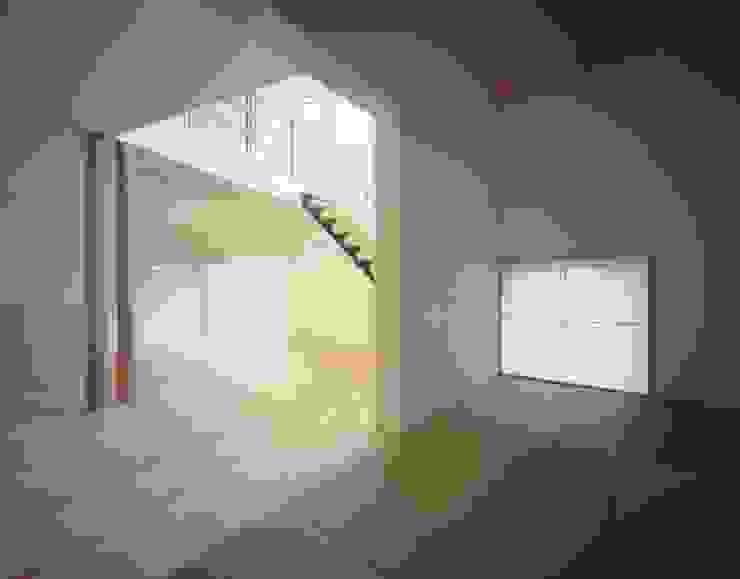 畳スペースよりリビング、ダイニングを見る モダンデザインの 多目的室 の (有)菰田建築設計事務所 モダン