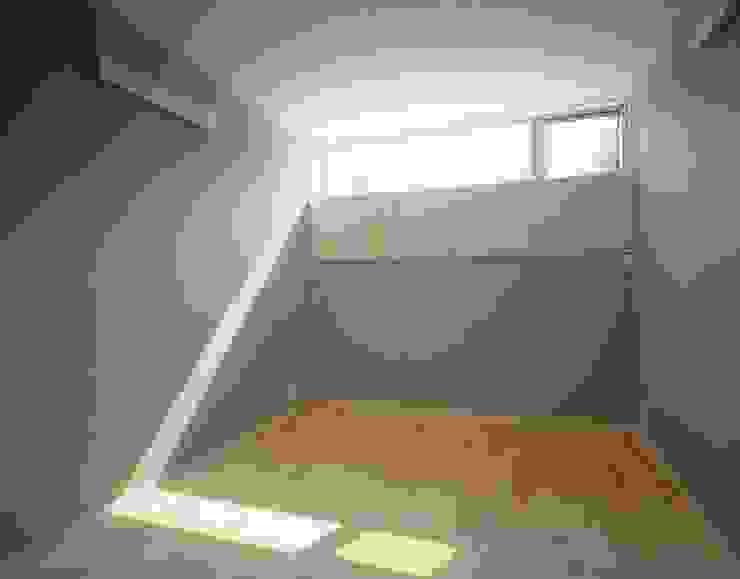 寝室(防音仕様) モダンスタイルの寝室 の (有)菰田建築設計事務所 モダン