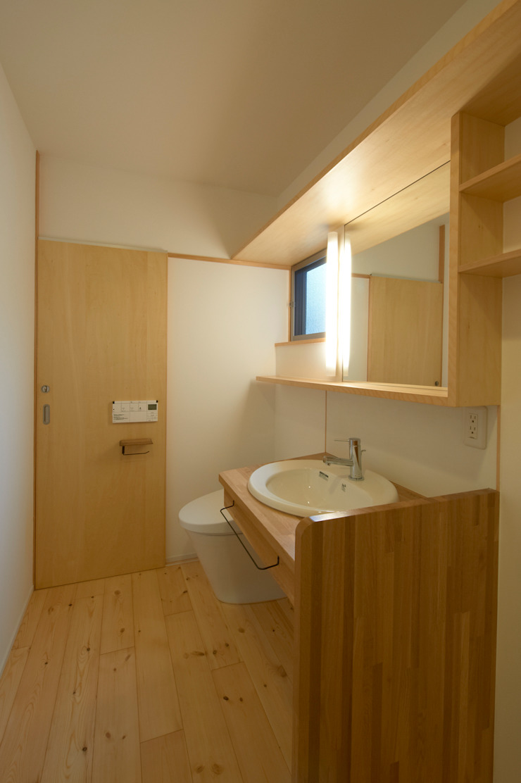 Modern bathroom by (有)菰田建築設計事務所 Modern