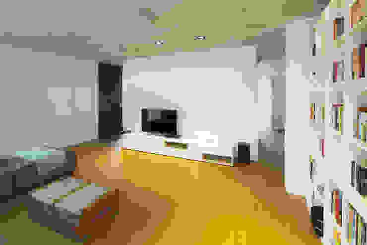 Minimalist living room by Schiller Architektur BDA Minimalist