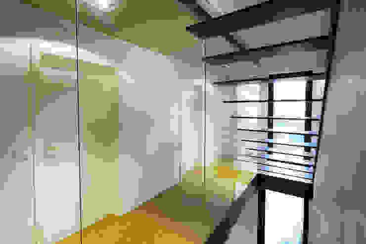 Minimalist corridor, hallway & stairs by Schiller Architektur BDA Minimalist