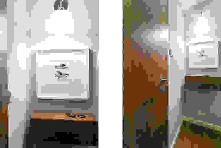 Mieszkanie - Warszawa - 45 m2 Nowoczesny korytarz, przedpokój i schody od Mprojekt Nowoczesny