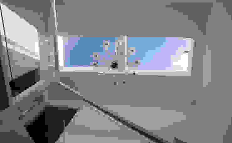 Contemporary five bedroom house in Cambridge by AZ Interiors AZ INTERIORS Minimalist corridor, hallway & stairs