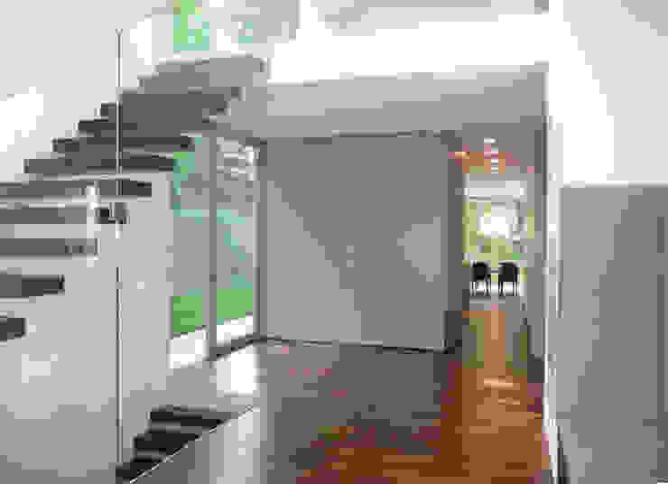 Eingangshalle Moderner Flur, Diele & Treppenhaus von GESSNER INNENARCHITEKTUR Modern