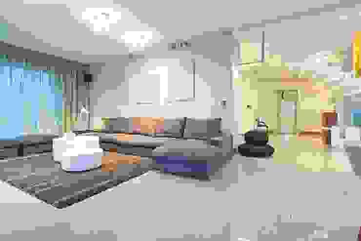 HOUSE WITH A PERSPECTIVE Nowoczesny salon od SARNA ARCHITECTS Interior Design Studio Nowoczesny