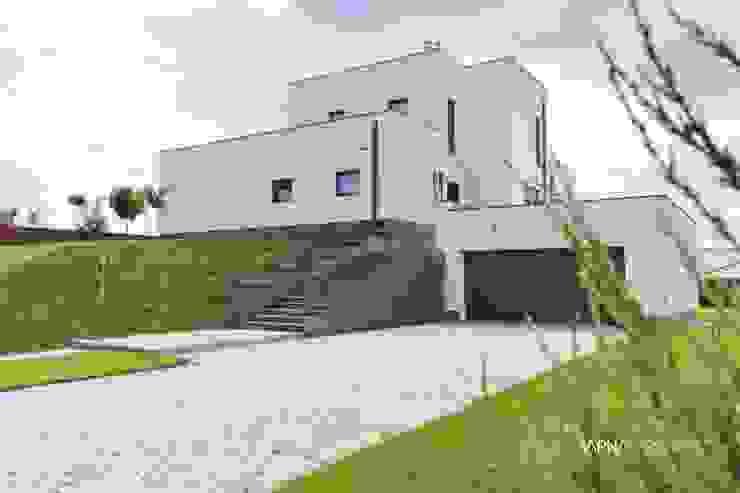 HOUSE WITH A PERSPECTIVE: styl , w kategorii Domy zaprojektowany przez SARNA ARCHITECTS   Interior Design Studio,Nowoczesny