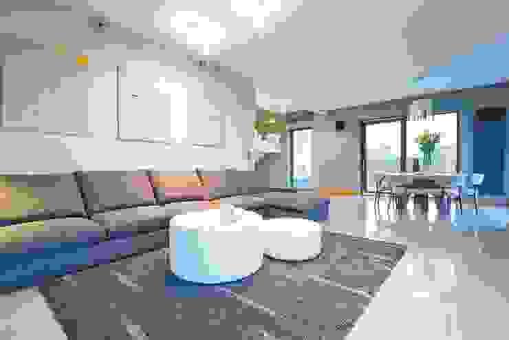 HOUSE WITH A PERSPECTIVE: styl , w kategorii Salon zaprojektowany przez SARNA ARCHITECTS   Interior Design Studio,Nowoczesny