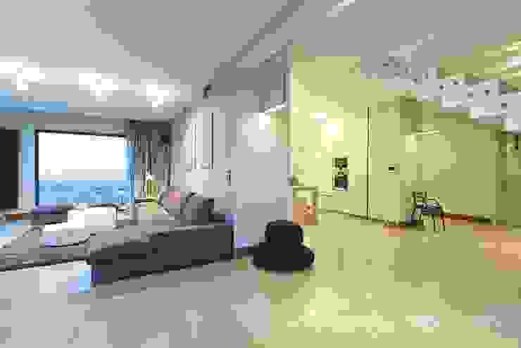 HOUSE WITH A PERSPECTIVE SARNA ARCHITECTS Interior Design Studio Nowoczesne ściany i podłogi