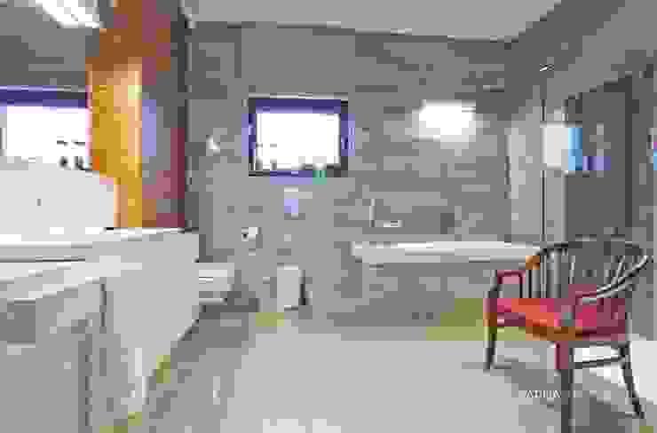 HOUSE WITH A PERSPECTIVE: styl , w kategorii Łazienka zaprojektowany przez SARNA ARCHITECTS   Interior Design Studio,Nowoczesny