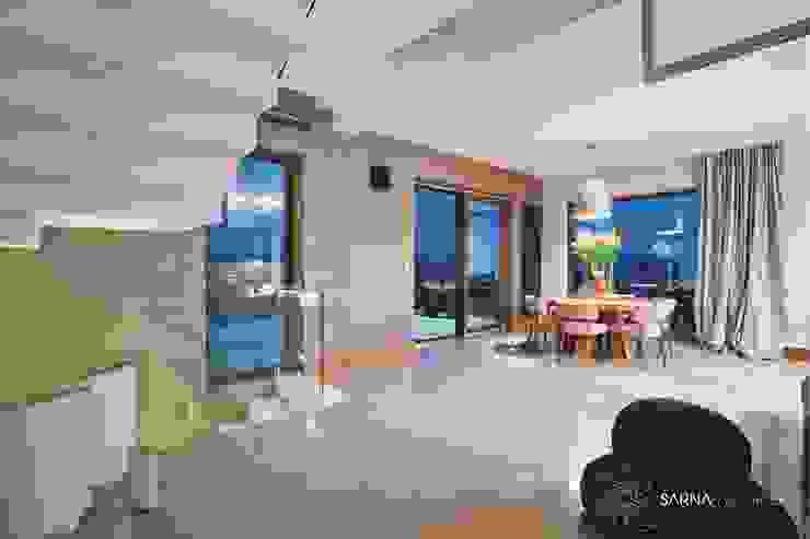 Soggiorno moderno di SARNA ARCHITECTS Interior Design Studio Moderno