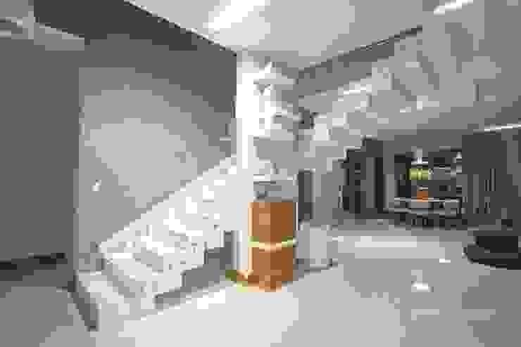 HOUSE WITH A PERSPECTIVE: styl , w kategorii Korytarz, przedpokój zaprojektowany przez SARNA ARCHITECTS   Interior Design Studio,Nowoczesny