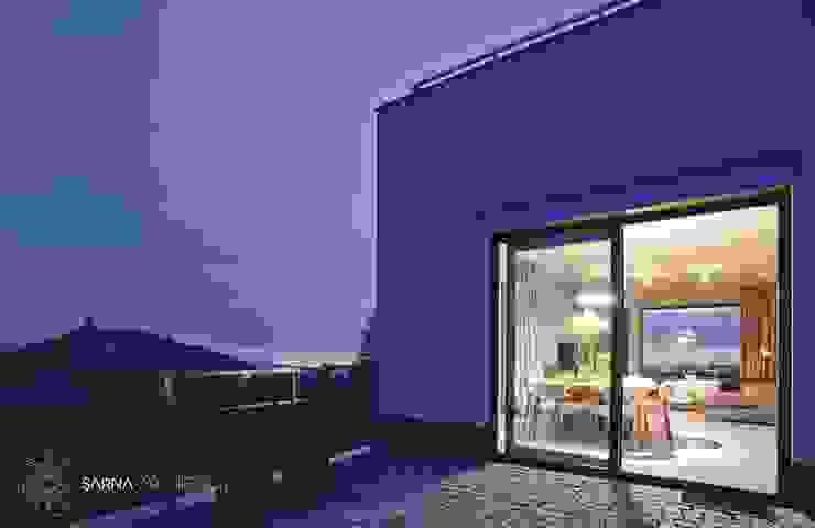 HOUSE WITH A PERSPECTIVE SARNA ARCHITECTS Interior Design Studio Nowoczesny balkon, taras i weranda