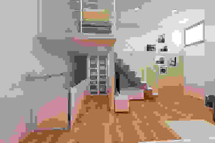 Azzurra Lorenzetto Modern corridor, hallway & stairs